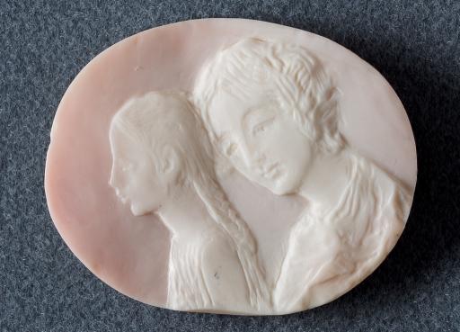 Женщина и девочка. Камея